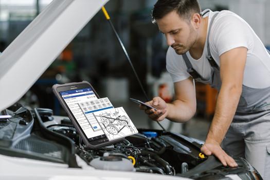 Mechanik wykorzystuje system Integra Car 7 w trakcie naprawy.