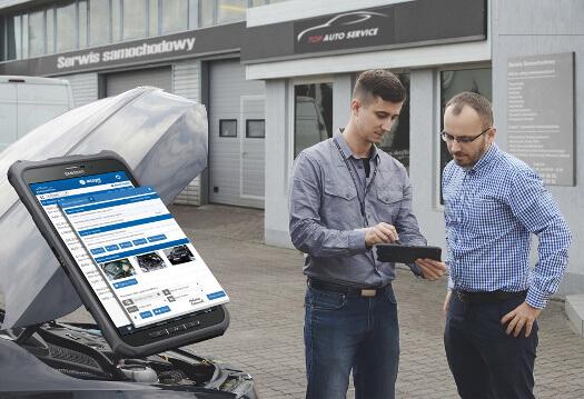 Mechanik korzystając z program Integra Car 7 na tablecie przyjmuje samochód do serwisu